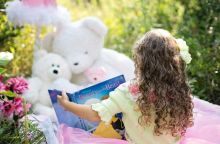 little-girl-reading-912380_1280
